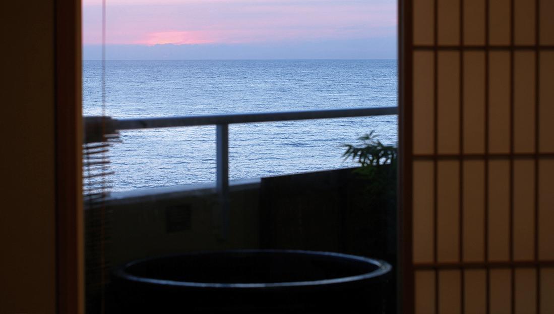 打ち寄せる波音に耳を傾けぼんやりと眺める朝焼けの美しさ