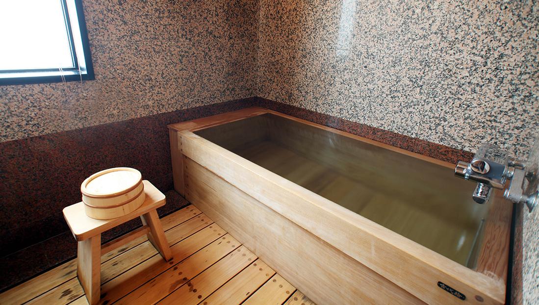 古代檜を贅沢に使用した内風呂